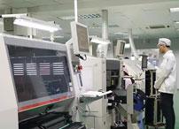 hdmi厂家的日本客人在一丝不苟的确认VGA贴片线材中